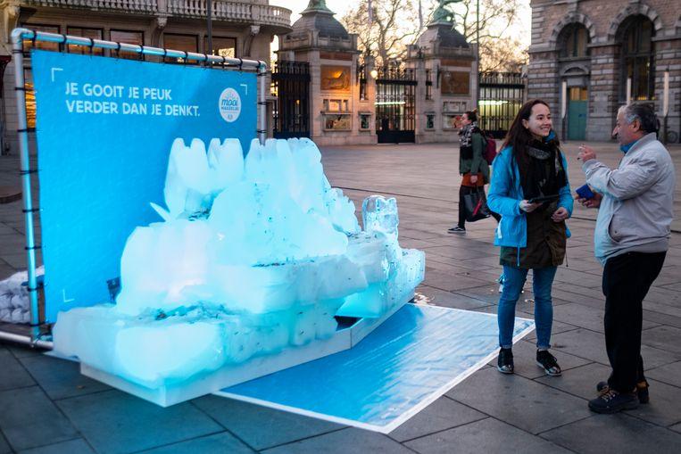 Net voor de ingang van de Zoo vind je deze ijssculptuur, een protest tegen de vervuiling van het milieu door peuken.