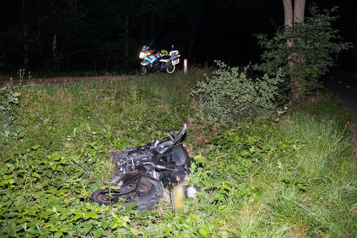 De motor van het slachtoffer belandde in de berm.