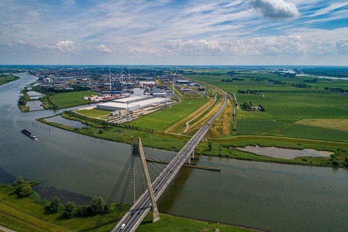 De Melmer, rechts van de brug, is in beeld als locatie voor een nieuwe haven met omringend industrieterrein.