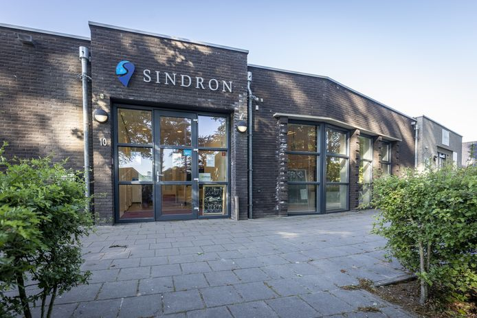 Dorpscentrum Sindron blijft voortbestaan, voor de naastgelegen winkel wordt een nieuwe gegadigde gezocht.