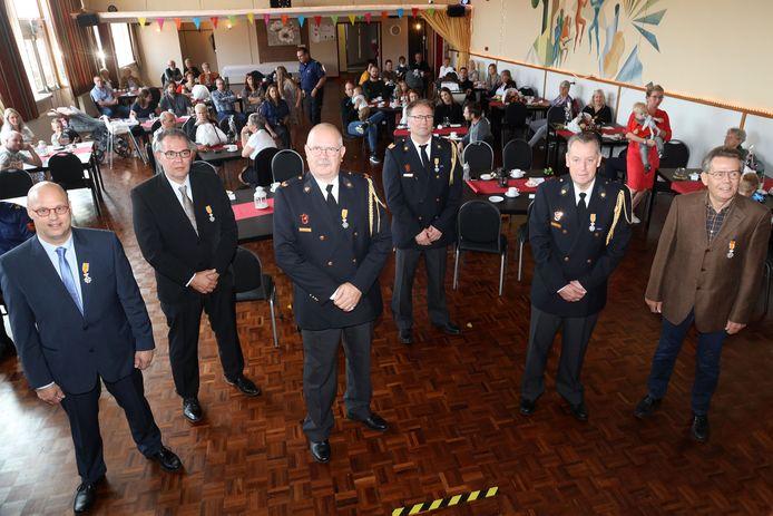 Brandweermannen Fred Scholten, Patrick Rasenberg, Rudy Compiet, Hennie Kerpel, Jos Bruggeman en Jo van der Staal (vlnr) kregen een Koninklijke Onderscheiding.