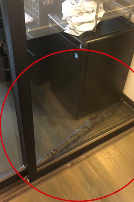 La photo d'un parapluie bloquant une porte de bureau fait le buzz sur les réseaux sociaux