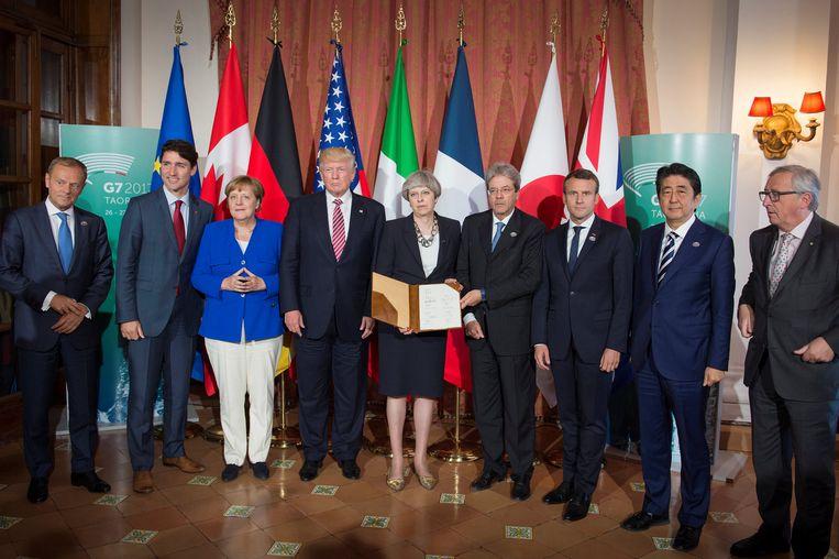Wereldleiders na de G7-top op Sicilië. Angela Merkel heeft haar handen gevouwen in een piramide die wijsheid moet uitstralen.  Beeld REUTERS