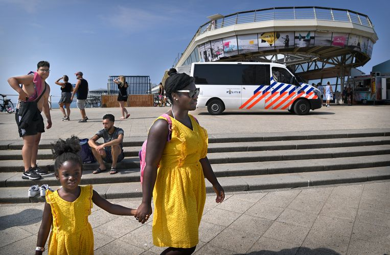 Politie is na het messteekincident extra alert in Scheveningen. Beeld Marcel van den Bergh / de Volkskrant
