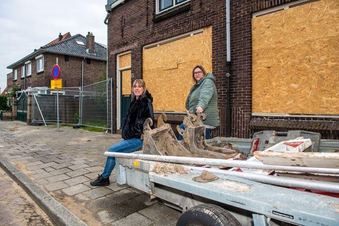 Wat bewoonsters Sylvia (links) en Gail betreft kan de sloop in het Rode Dorp niet snel genoeg beginnen.