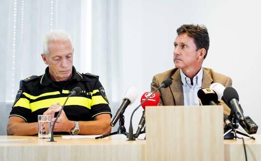 Dick Schouten (L), hoofd operatie van de politie Midden en West Brabant en Charles van der Voort, hoofdofficier van justitie, tijdens de persconferentie.