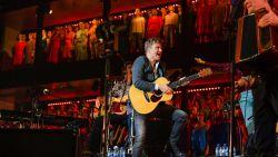 """844 mensen verdienen geen cent als Bart Peeters geen concerten mag geven: """"Corona kost me 500.000 euro"""""""