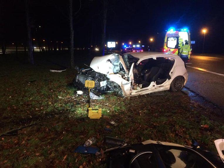 Een bestuurder van een BMW raakte zaterdagnacht zwaargewond na een crash op de Binnenring in Halle.