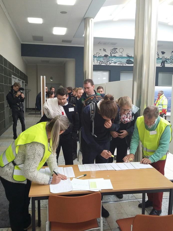 Hulpdiensten aan de wal oefenden met het evacueren en registreren van de grote groep mensen.