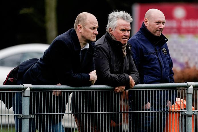 Guus Hiddink (midden) bekijkt de PSV-training.