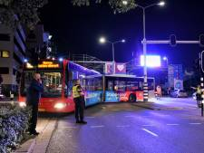 Bus rijdt zich klem bij kermis Tilburg en blokkeert parkeergarage: chaos in centrum