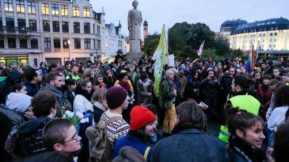 Gele hesjes en klimaatbetogers voeren actie tegen politiegeweld op het Brusselse Albertinaplein
