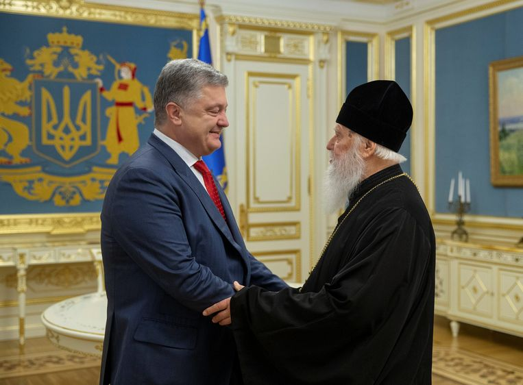 De Oekraïense president Petro Poroshenko (links) en patriarch Filaret, hoofd van de Oekraïnse orthodoxe kerk.