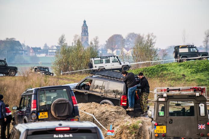 Offroad file rijden met landrovers in Huissen. Foto: Rolf Hensel.
