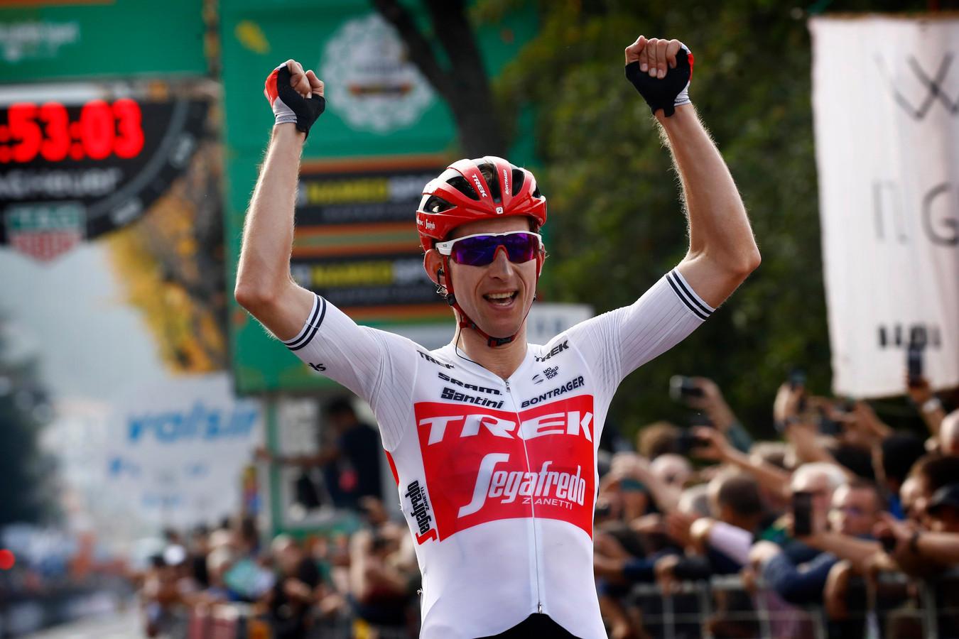Bauke Mollema komt juichend over de streep in de Ronde van Lombardije.