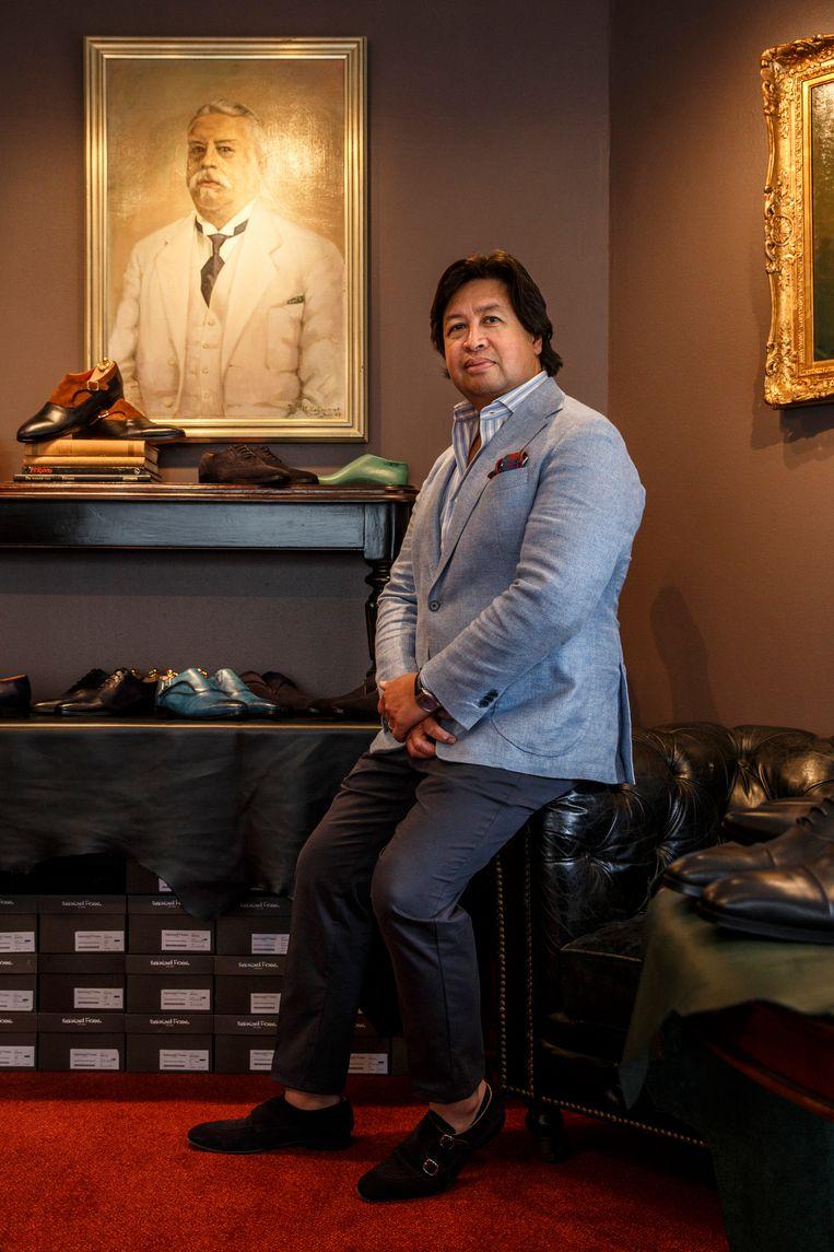 Richard Hein van schoenenwinkel Reinhard Frans: 'De dubbele gesp doet het goed bij de wat jongere professionals.' Beeld Wollaert Carly