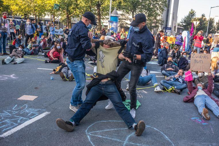 Actievoerders van Extinction Rebellion blokkeerden vorig jaar het kruispunt van de De Boelelaan en Beethovenstraat op de Zuidas.  Beeld Joris Van Gennip