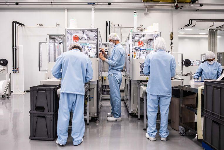 De fabriek in Etxebarria produceert mondkapjes voor 18 cent per stuk. Nederland heeft tot nog toe gemiddeld 66 cent betaald voor de extra mondkapjes die werden gekocht.  Beeld César Dezfuli