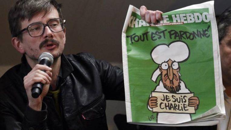 De Franse cartoonist Renald Luzier met de Charlie Hebdo van vlak na de aanslagen.