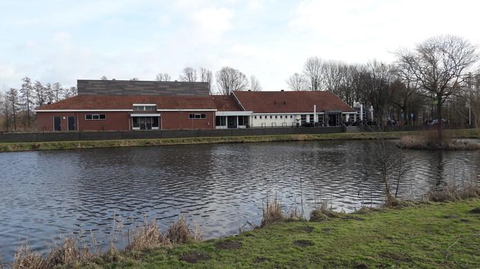 De sportzaal van Bredevoort (links) ligt achter kulturhus 't Grachthuys. Op het dak van de sportzaal legt de gemeente Aalten 144 zonnepanelen, terwijl de Energiecooperatie Bredevoort honderd panelen op het kulturhus legt.