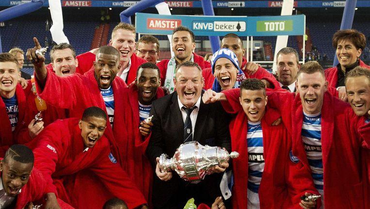 PEC Zwolle-spelers met Ron Jans, vieren met de beker de overwinning op Ajax na afloop van de bekerfinale. Beeld anp