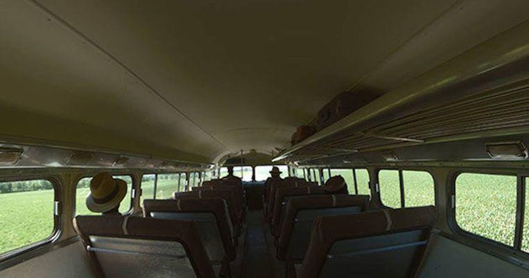 De bus vanuit het perspectief van de verteller, met gevaar bij elke tussenstop. Beeld Filmstill