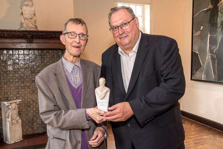 Raymond Decancq en schepen Dirk Lievens met de award.