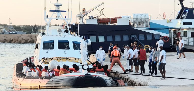 De door de Italiaanse kustwacht opgehaalde migranten worden ontscheept in de haven van Lampedusa. Beeld EPA