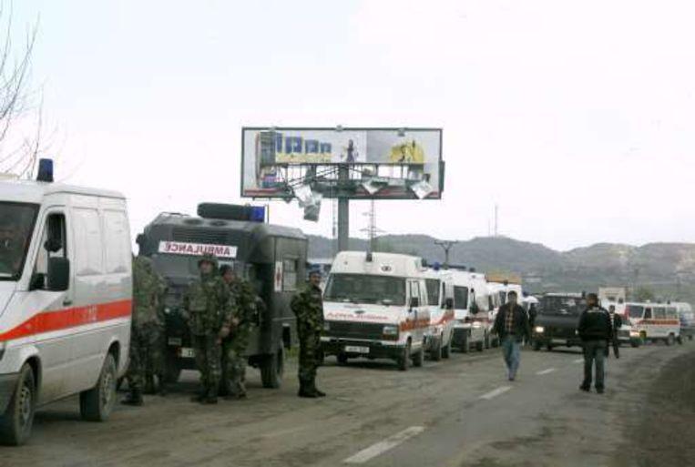 Ziekenwagens staan in de rij om gewonden op te halen.