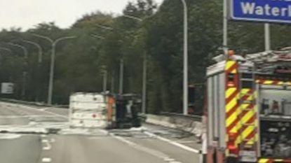 Brusselse ring afgesloten nadat chemisch product uit gekantelde vrachtwagen lekt