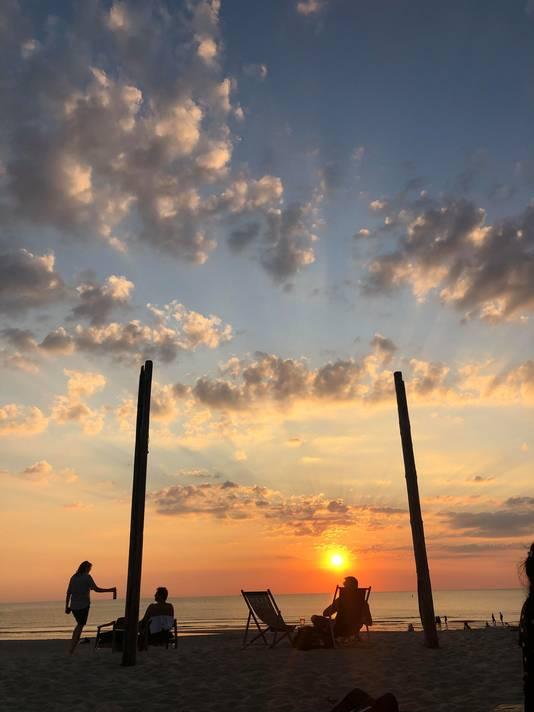 Zonsondergang bij één van de leukste strandtenten van het Westland.