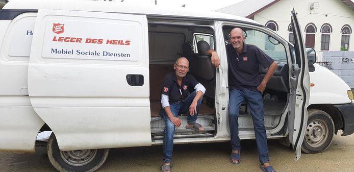 Chris Stoffels (links) en Thies Huisman hielpen in  Suriname ook bij de uitgifte van voedselpakketten.