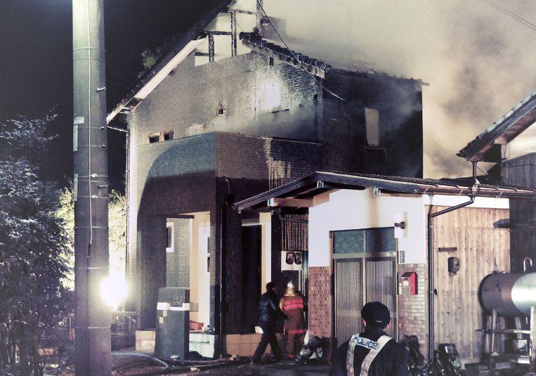 De crash zette de woning in de stad Kanzaki in brand.