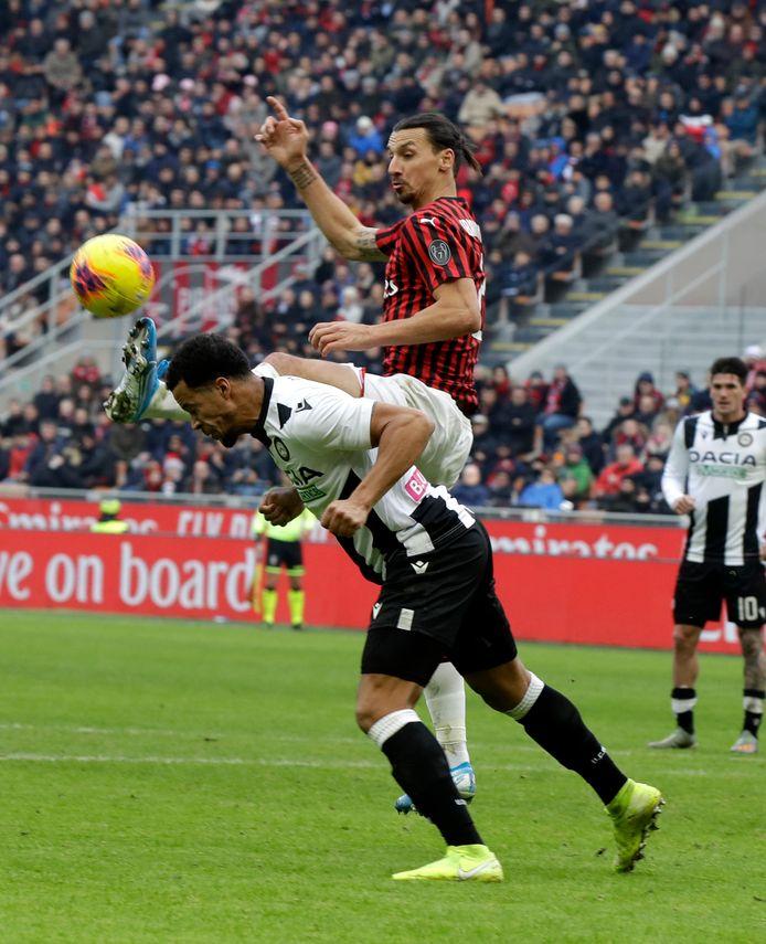 William Troost-Ekong kopt de bal weg voordat Zlatan Ibrahimovic gevaarlijk kan worden.