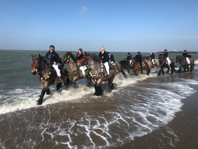 Bij beachclub Perry's zijn tientallen paarden te water gegaan.