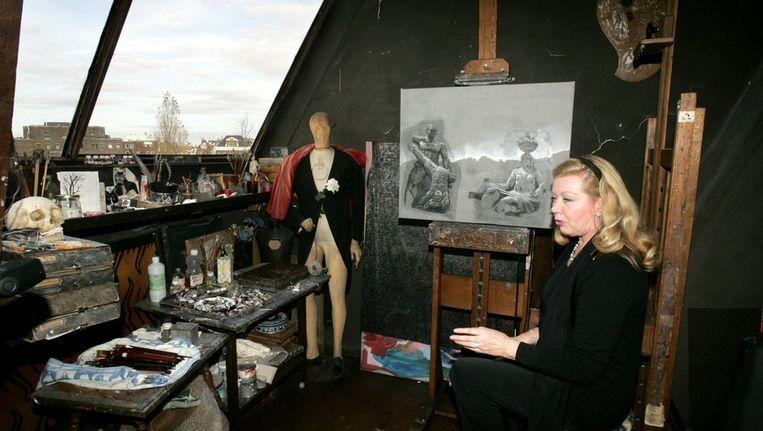 Sylvia Willink in het atelier van haar overleden man Carel Beeld anp