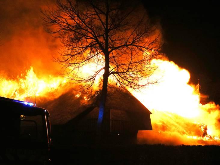 Brand in rieten dak van boerderij in Nistelrode