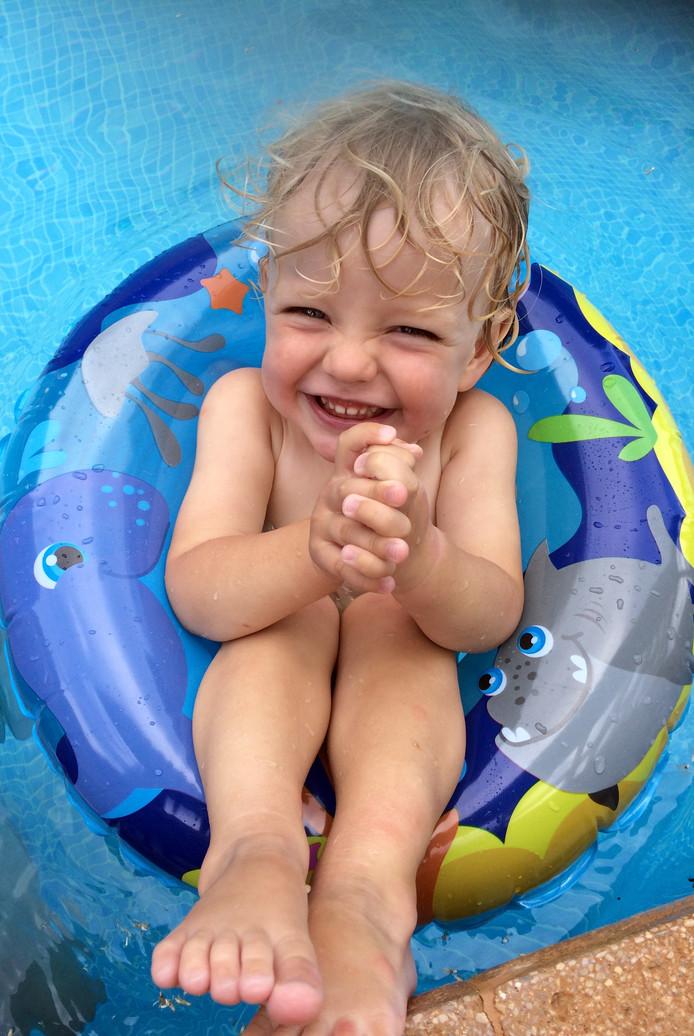 Zijn zwembad met waterdieren houdt hem lekker drijvend. Alexander De Koninck (2) geniet met volle teugen.