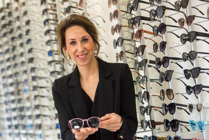 Judith Souer in de showroom van haar bedrijf: 400 verschillende zonnebrillen heeft ze in de collectie.