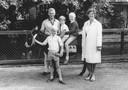 Paul van de Beek (staand) met zijn ouders en broers Marc en Peter