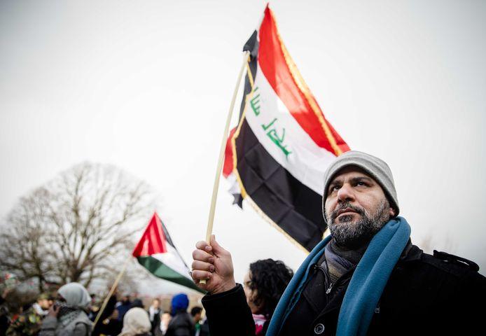 Palestijnen betogen in Den Haag tegen de Israëlische bezetting en tegen het besluit van de president Trump om de Amerikaanse ambassade te verplaatsen van Tel Aviv naar Jeruzalem.