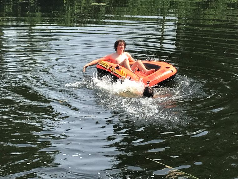 Dobberen in een rubberbootje op het kanaal.