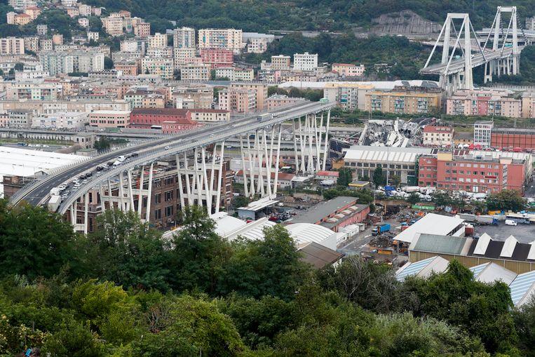 De brug stortte over een afstand van 100 meter in.