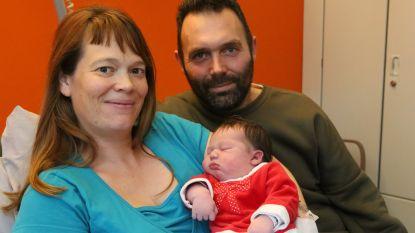 Kerstekind Ellis May bezorgt ouders onvergetelijke dag