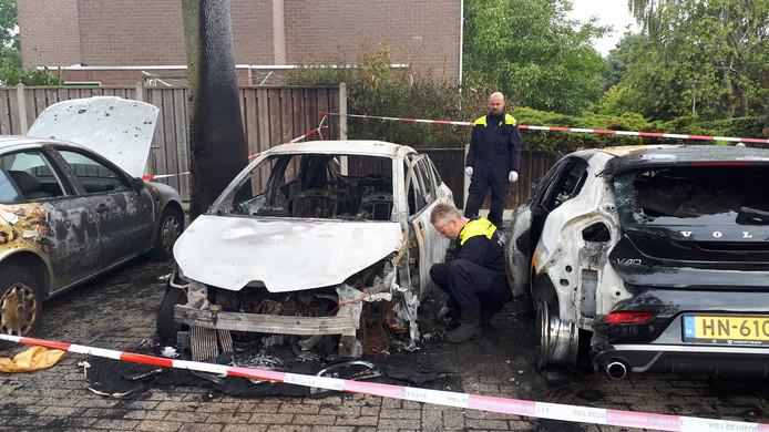 De politie doet onderzoek naar de autobranden in de wijk Tolhuis in Nijmegen.