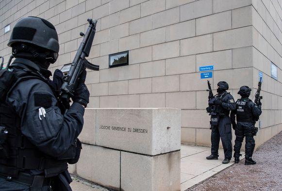 Zwaar bewapende agenten bewaken de synagoge van Dresden.