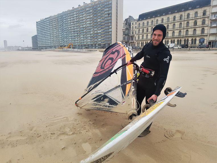 Surfer David Michielssens uit Brugge ging surfen tijdens storm Ciara. Daar keek hij naar eigen zeggen al dagen naar uit.