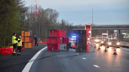 Leeg kippentransport kantelt: snelweg bijna helemaal versperd