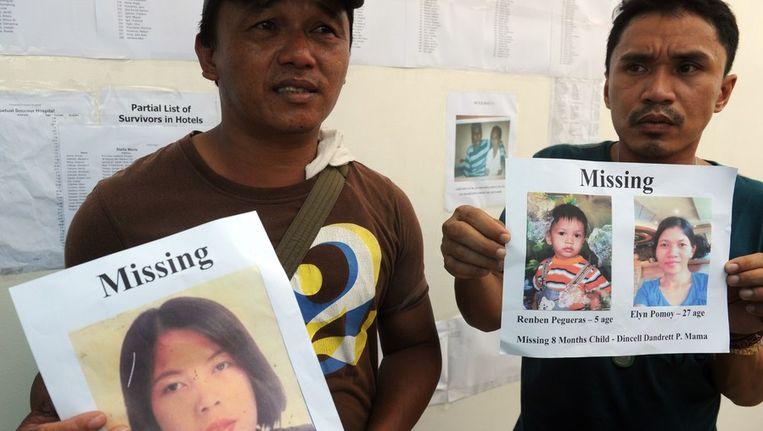 Twee mannen zijn op zoek naar vermiste familieleden Beeld afp
