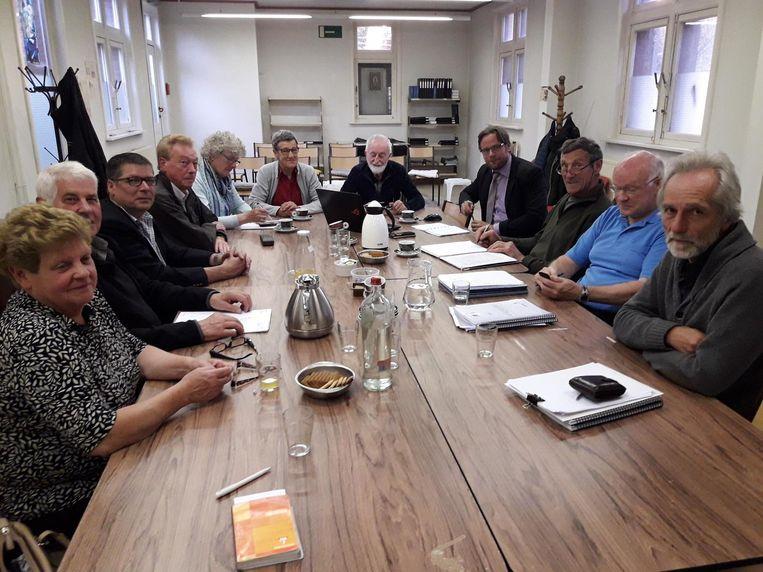 De verenigingen van Wintam beraden zich in een vergadering over de toekomst van de kerk.